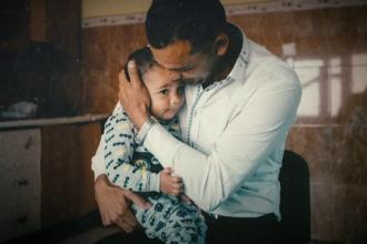 Drama bebeluşului român despărţit de părinţi de autorităţile americane.