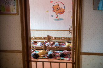 Motivul pentru care în Coreea de Nord se nasc copii cu 6 degete şi fără sprâncene