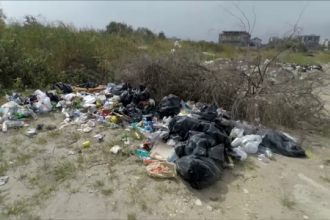 Amenzi usturătoare pentru turiștii care-și aruncă resturile pe plajă