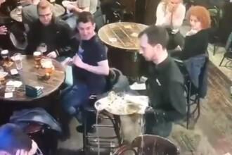 Imagini virale. Reacția unui chelner care varsă halbele de bere de două ori, la aceeași masă
