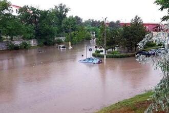 Centrul orașului Cernavodă, inundat după o ploaie torențială. Vijelia a făcut prăpăd în Reșița