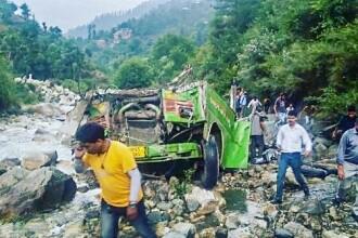 Cel puţin 25 de morţi după ce un autobuz a căzut în prăpastie în India