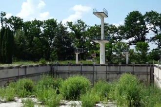 Românii nevoiți să se răcorească în râuri. Orașul fără nicio piscină sau ştrand public