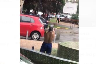 Om al străzii filmat în timp ce făcea baie într-o fântână din București
