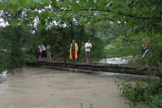 În Bihor și Buzău apele s-au revărsat în gospodării. Trăsnetele au provocat incendii