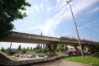 Incident șocant în Buzău. O bucată mare dintr-un pod s-a prăbușit pe șosea