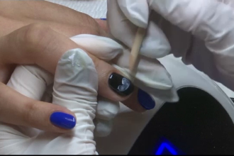 O manichiuristă pictează ecografiile bebelușilor pe unghiile clientelor însărcinate