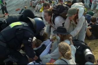 Scene violente. Motivul pentru care mii de germani au luat cu asalt o mină păzită de polițiști