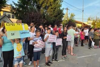 Nou protest în Baia de Aramă, după adopția cu scandal. Oamenii spun că vor să afle unde e fetița