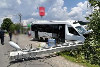 Accident în Dâmbovița: Un microbuz cu pasageri a intrat într-un stâlp de electricitate