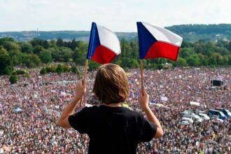 200.000 de cehi au protestat pe muzica din Stăpânul Inelelor împotriva premierului