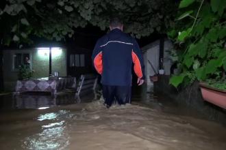 """Scene apocaliptice în România. Oamenii s-au trezit înconjuraţi de șuvoaie: """"Potop"""""""
