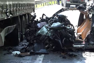 O mașină s-a făcut praf după ce a fost lovită de o basculantă și un TIR. Bilanțul victimelor