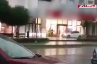 Momentul în care un sofer merge cu mașina în viteză pe un trotuar din centrul Bacăului