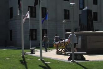 Un american judecat pentru crimă s-a rănit singur la gât în timpul procesului. VIDEO