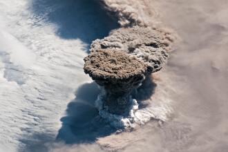 Cum arată erupția unui vulcan din spațiu. Imaginea publicată de NASA