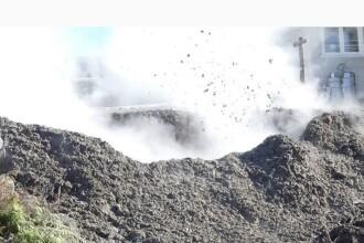 O familie s-a trezit cu un crater din care țâșnește noroi, chiar lângă casă. VIDEO