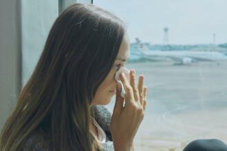 """Mamă dată jos dintr-un avion, pe motiv că are decolteul prea adânc. """"Nu în avionul meu"""""""