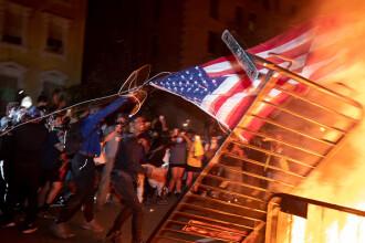 Incendii, ciocniri şi tiruri cu gaze lacrimogene în faţa Casei Albe. FOTO și VIDEO