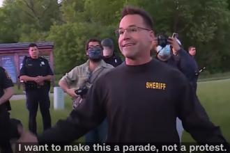 Cine este șeriful care a lăsat armele și s-a alăturat protestatarilor din SUA
