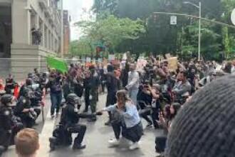 VIDEO. Polițiști în genunchi la protestele din SUA. Cum au reacționat cei aflați în stradă