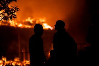 Protestatarii au incendiat o casă în care se afla un copil și au blocat accesul pompierlilor