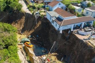 Imagini dramatice: o casă s-a prăbușit de pe stâncă. O mamă cu 5 copii a rămas pe drumuri