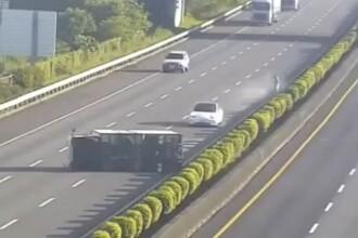 Un autoturism Tesla Model 3 pe pilot automat a intrat frontal într-un camion răsturnat pe autostradă. VIDEO
