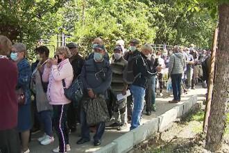 Zeci de bucureșteni au stat la coadă să-și depună dosarele de pensii. Reacția directorului Casei de pensii