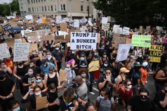 Sute de mii de americani au ieșit în stradă. Garda Națională a mobilizat 43.000 de angajați
