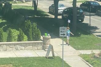 Un băiat de 9 ani din SUA a organizat propriul protest Black Lives Matter în curtea din fața casei