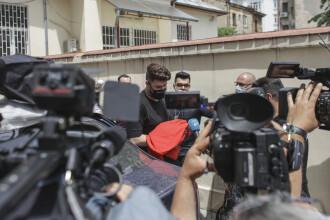 FOTO. Ce scria pe masca purtată de vloggerul Colo când a fost adus sub escortă la Parchet