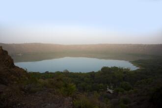 Fenomen neobișnuit. Culoarea unui lac format în urma căderii unui meteorit s-a schimbat peste noapte