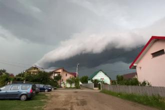 Furtuni și ploi torențiale, în mai multe regiuni din țară. Străzi acoperite de ape și arbori doborâți
