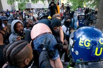 """""""Black Lives Matter"""", imaginile zilei. Un protestatar de culoare salvează un extremist alb"""