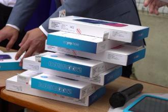 Guvernul decontează 100 milioane de euro pentru 500.000 de tablete destinate elevilor