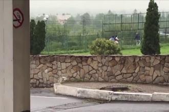 Doi tineri care au trecut ilegal frontiera dintre Polonia și Ucraina, filmați întâmplător în timpul unei conferințe