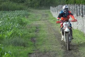 Motociclist, în stare gravă după un accident la o competitie de enduro. A căzut imediat după start
