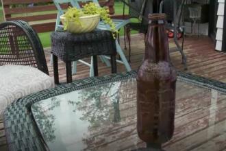 O sticlă cu un mesaj misterios, scris în urmă cu 13 ani, găsită de o familie la pescuit