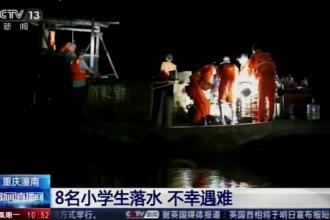 Opt copii au murit după ce s-au înecat încercând să se salveze unul pe altul