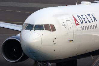 Sute de angajați ai companiei aeriene Delta, diagnosticați cu Covid-19. 10 dintre ei au murit