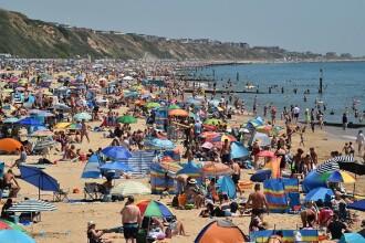 Mii de oameni s-au înghesuit pe plajă în Marea Britanie. Autoritățile se tem de un al doilea val de Covid