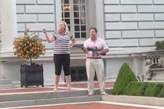 VIDEO. Un cuplu din SUA, cu armele în fața casei. De ce i-au amenințat pe manifestanți