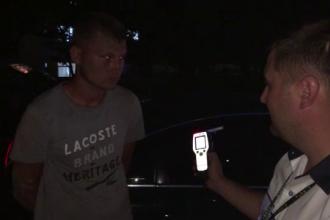Beat și fără permis, un tânăr a luat pe mașină polițistul care încerca să-l oprească. Răspunsul genial dat de șofer