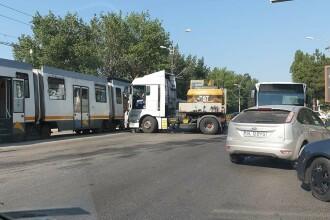 Accident între un tramvai și un TIR în Capitală