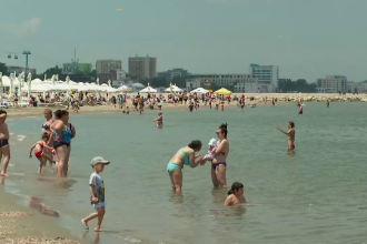 """Turiștii s-au bucurat de plajă în primul weekend de vară. """"Am auzit că s-a lăţit plaja"""""""