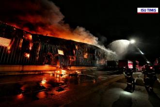 Incendiu de proporții în apropiere de Timișoara. O fabrică de frigidere a fost cuprinsă de flăcări. GALERIE FOTO