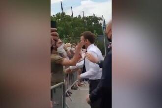 VIDEO. Președintele francez Emmanuel Macron, pălmuit de un bărbat în timpul vizitei în Drôme