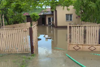 Mai multe gospodării din Argeș au fost inundate, apa a ajuns și la jumătate de metru