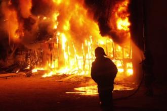 Incendiu la un magazin din Timiş, duminică noapte. Flăcările au mistuit întreaga clădire